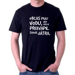 Vtipné tričko pro muže. Občas piju vodu, jen abych překvapil svoje játra