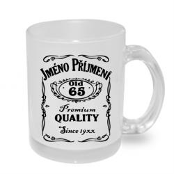 Hrnek s potiskem jména a příjmení, věkem 65 a rokem narození v motivu Jack Daniels.